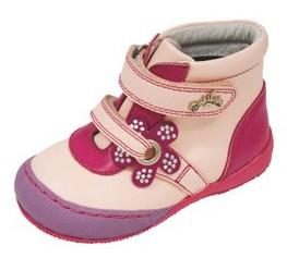 749f08da7 Весенне-осенняя коллекция представлена демисезонной обувью (ботинками ...